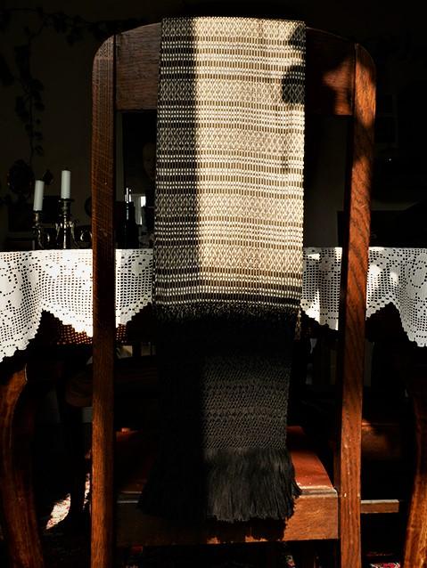 das ist ein Rebozo auf dem Stuhl